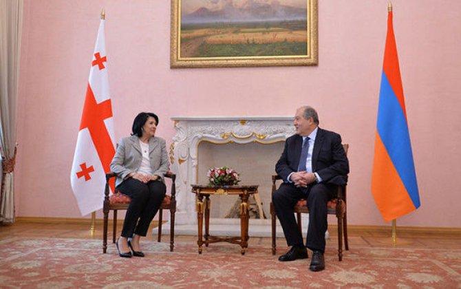 Gürcüstanda diplomatik qalmaqal: Sarkisyan Ağrı dağını çəkdi, Zurabişvili fəxrlə paylaşdı