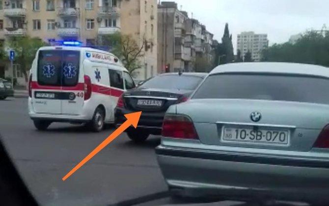 """Bakıda qayda pozan """"AA"""" seriyalı avtomobil hansı məmurun xidməti maşınıdı? - VİDEO"""
