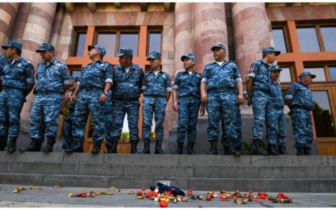 Ermənistanın hökumət binası qarşısına toplaşan etirazçıların həbsi başlayıb