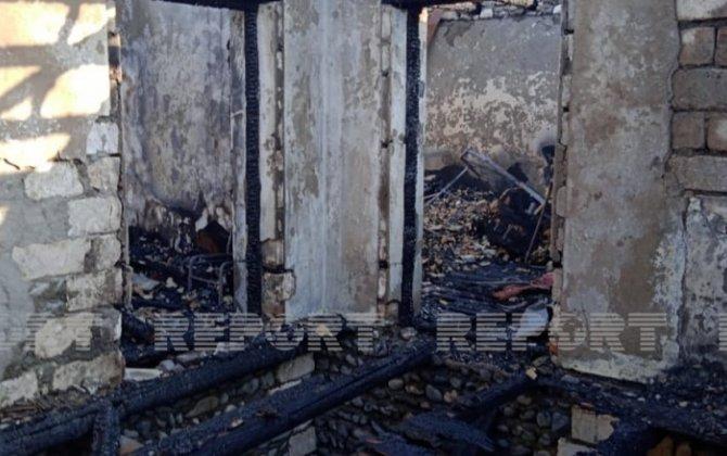 Yevlaxda yaşayış evi yanaraq kül olub - FOTO