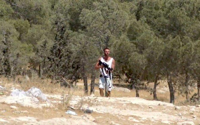 Yəhudi sakin İsrail hərbçisinin avtomatını alıb fələstinlilərə atəş açdı... - VİDEO