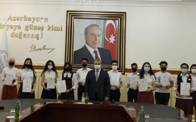 """BDU-nun rektoru """"Gənc istedadlar"""" liseyini medalla bitirən məzunlarla görüşüb"""