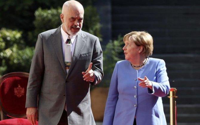Merkel rəsmi mərasimdə ayaq üstə dura bilmədi – VİDEO