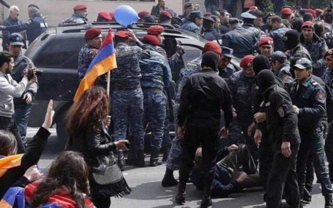 Ermənistanda etirazçılarla polis arasında qarşıdurma olub, saxlanılanlar var