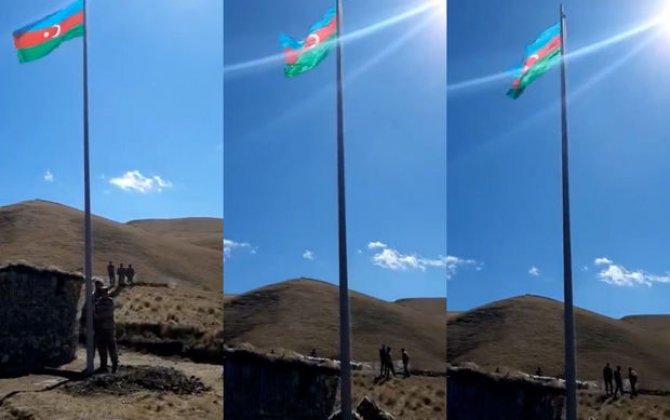 Göyçə mahalının Yuxarı Şorca kəndi istiqamətində bayrağımız yüksəldilib - VİDEO