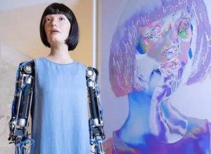 Dünyanın ilk ultra-realist robotu saxlanıldı-Səfir işə qarışdı...